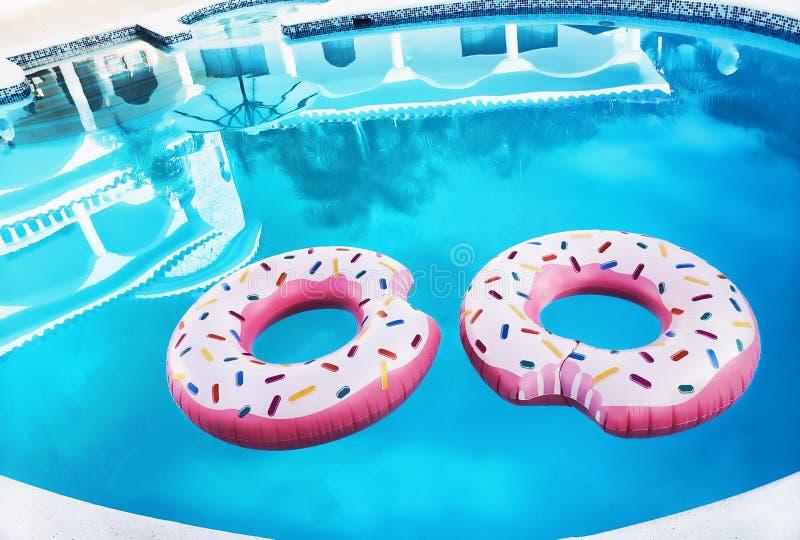 Δύο ρόδινα δαχτυλίδια επιπλεόντων σωμάτων σε μια πισίνα στοκ εικόνες