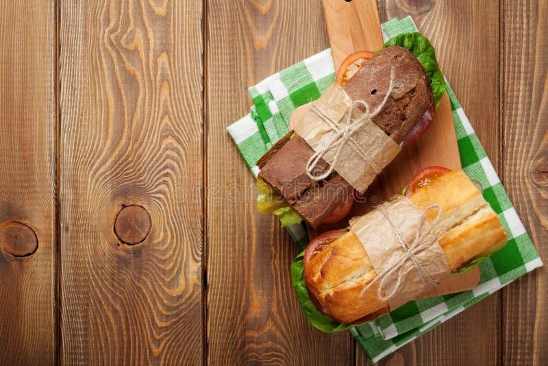 Δύο σάντουιτς με τη σαλάτα, ζαμπόν, τυρί στοκ φωτογραφία