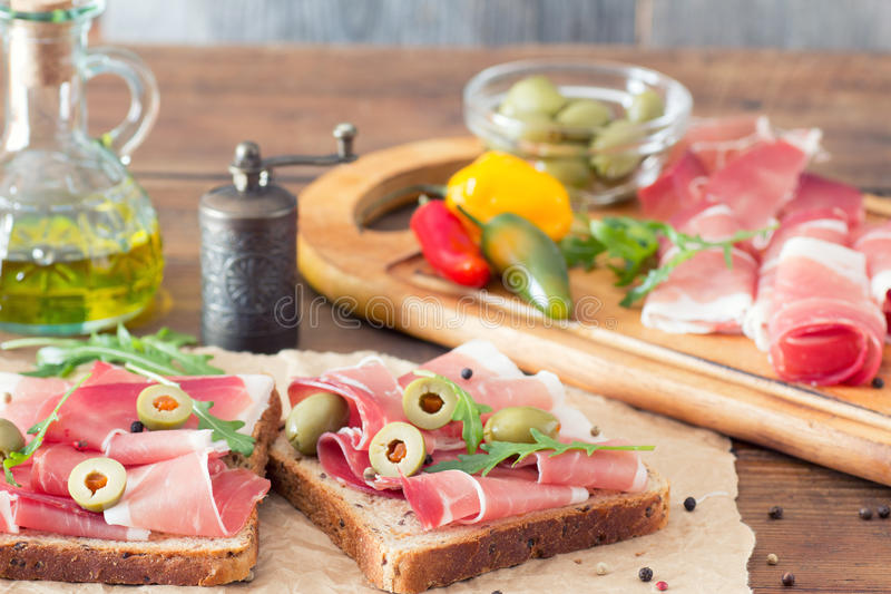 Δύο σάντουιτς με το prosciutto στοκ φωτογραφία με δικαίωμα ελεύθερης χρήσης