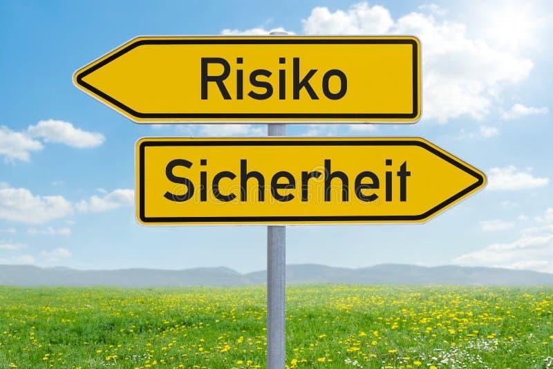 Δύο σημάδια κατεύθυνσης - κίνδυνος ή ασφάλεια - Risiko oder Sicherheit γερμανικά στοκ εικόνες