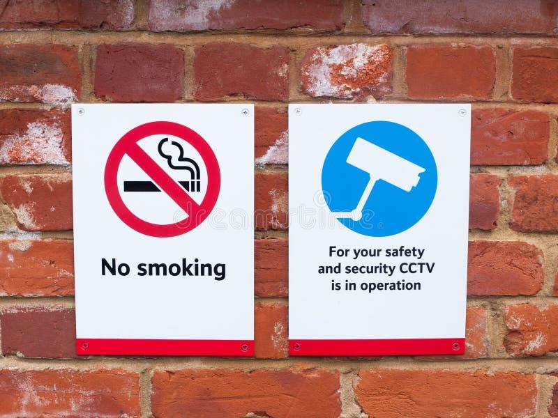 δύο σημάδια στην απαγόρευση του καπνίσματος CCTV σταθμών τρένου στοκ φωτογραφίες