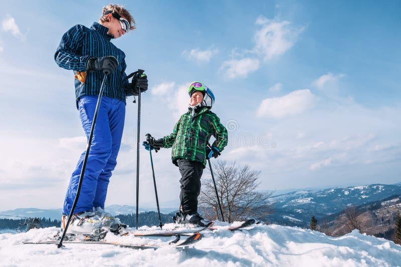 Δύο σκιέρ στην κορυφή του λόφου χιονιού έτοιμη να επιβραδύνει στοκ φωτογραφίες με δικαίωμα ελεύθερης χρήσης