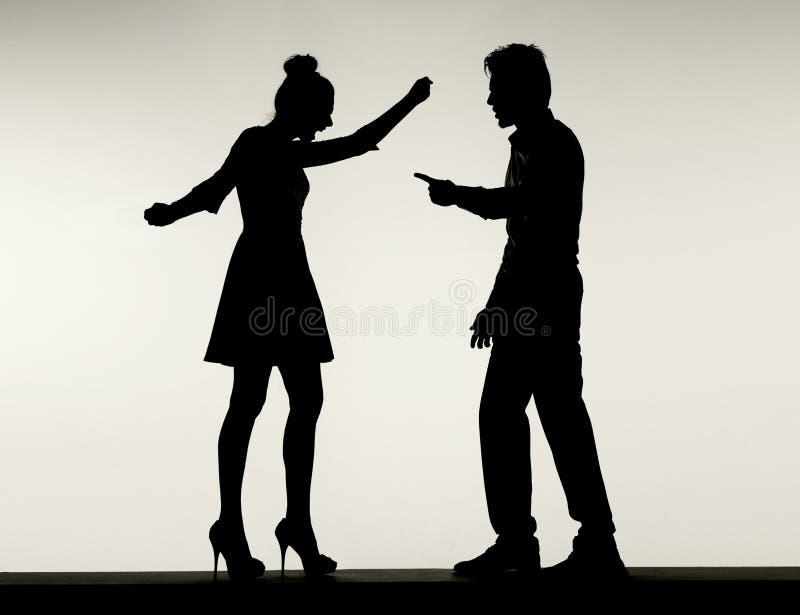 Δύο σκιαγραφίες πάλης του ζεύγους γάμου στοκ φωτογραφίες με δικαίωμα ελεύθερης χρήσης