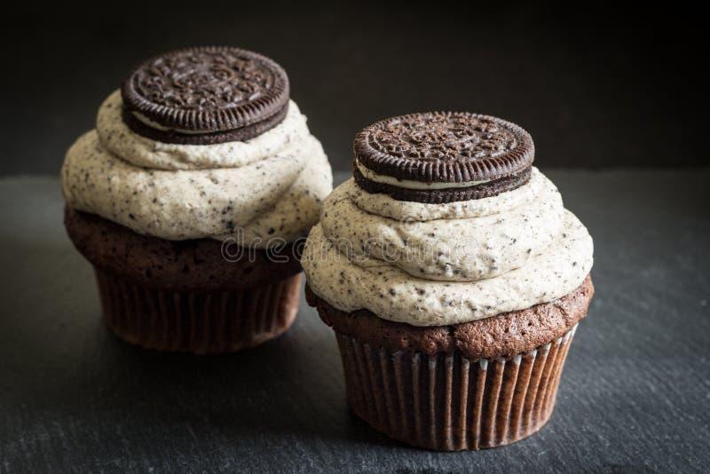 Δύο σκοτεινά κέικ φλυτζανιών σφουγγαριών σοκολάτας σοκολάτας διακοσμημένα μπισκότο στοκ φωτογραφία με δικαίωμα ελεύθερης χρήσης