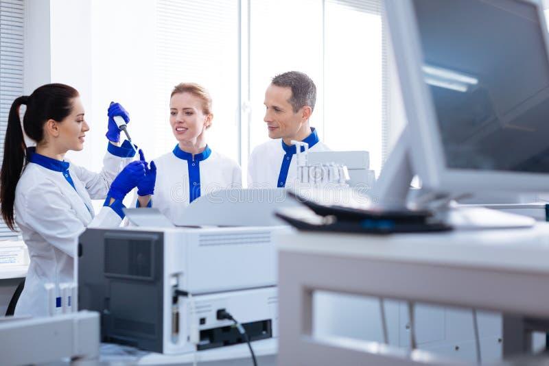 Δύο σοφά laboratorians που προσέχουν στην εργασία οικότροφων στοκ εικόνες