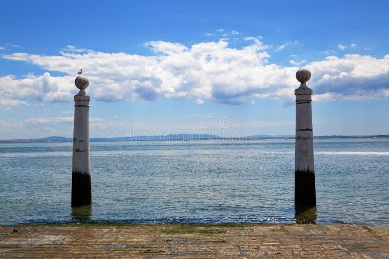 Δύο στήλες στην όχθη ποταμού της Λισσαβώνας στοκ φωτογραφία