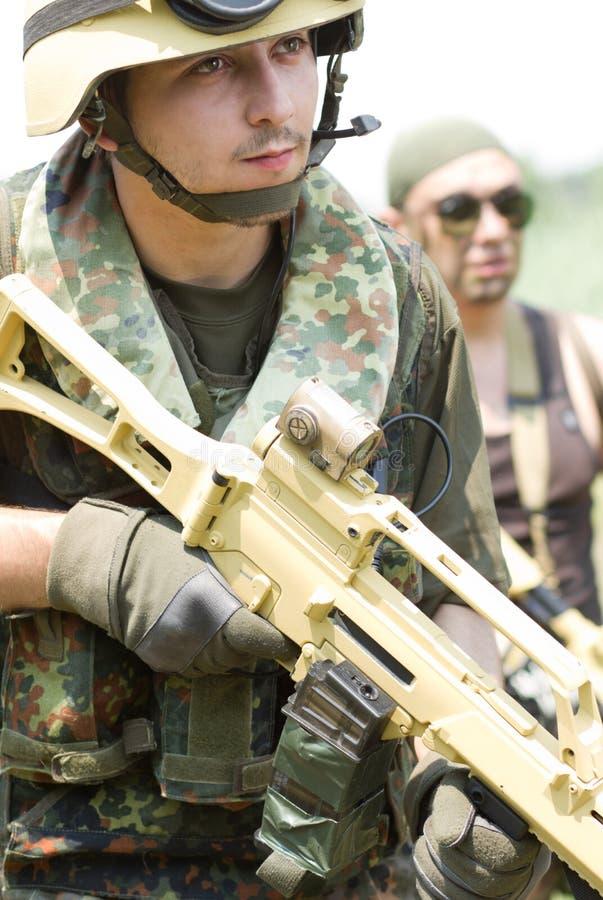 Δύο στρατιώτες στα πλήρη πυρομαχικά υπαίθρια στοκ φωτογραφία