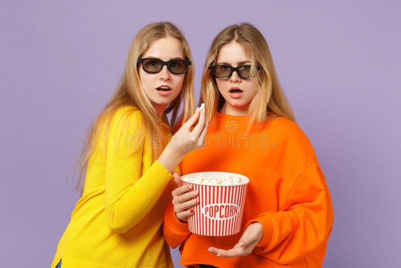 Δύο συγκλόνισαν τα νέα ξανθά κορίτσια αδελφών διδύμων στα τρισδιάστατα γυαλιά imax που προσέχουν popcorn εκμετάλλευσης ταινιών κι στοκ φωτογραφία με δικαίωμα ελεύθερης χρήσης