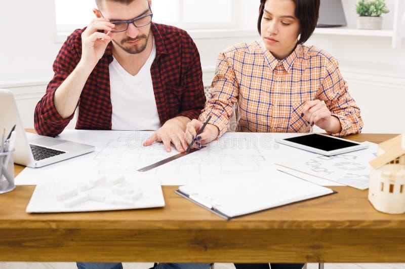 Δύο συνάδελφοι που συζητούν το αρχιτεκτονικό πρόγραμμα στοκ εικόνα με δικαίωμα ελεύθερης χρήσης