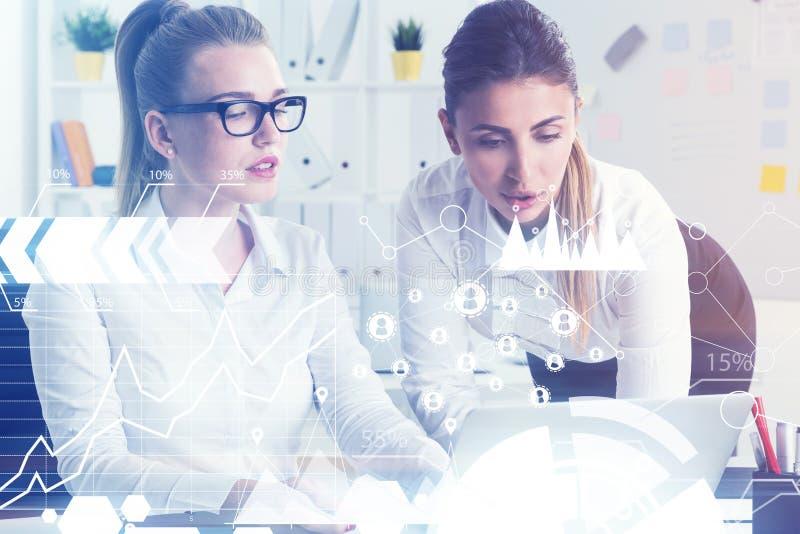 Δύο συνάδελφοι με ένα lap-top, δίκτυο στοκ φωτογραφία