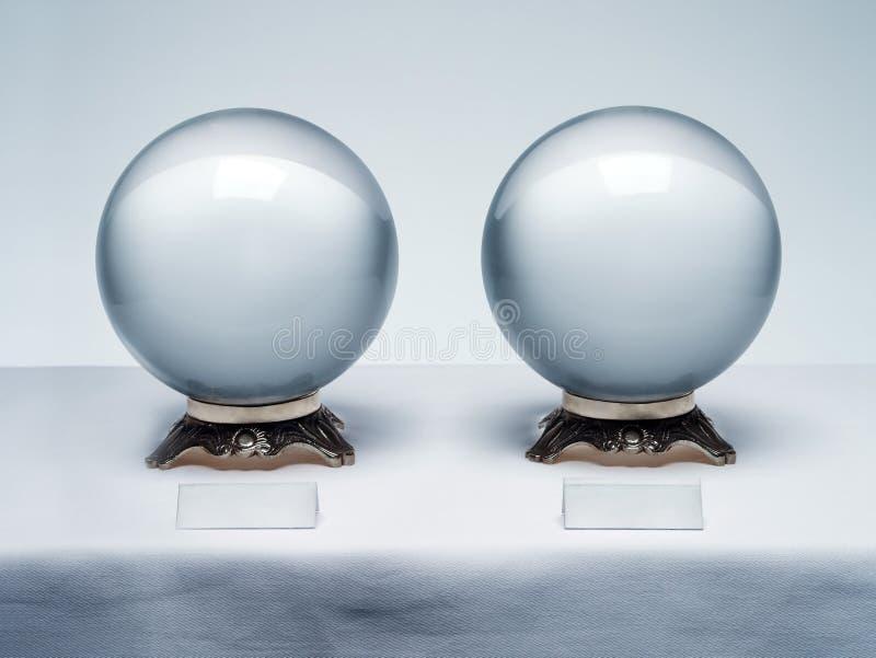 Δύο σφαίρες κρυστάλλου με τις κενές ετικέτες r Προσθέστε το αντίγραφό σας στοκ εικόνες