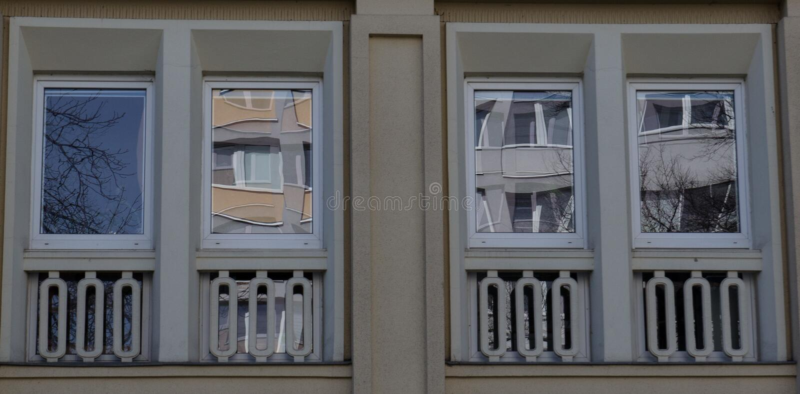 Δύο σύγχρονα μπροστινά παράθυρα γυαλιού ενός καινούργιου σπιτιού στοκ φωτογραφία με δικαίωμα ελεύθερης χρήσης