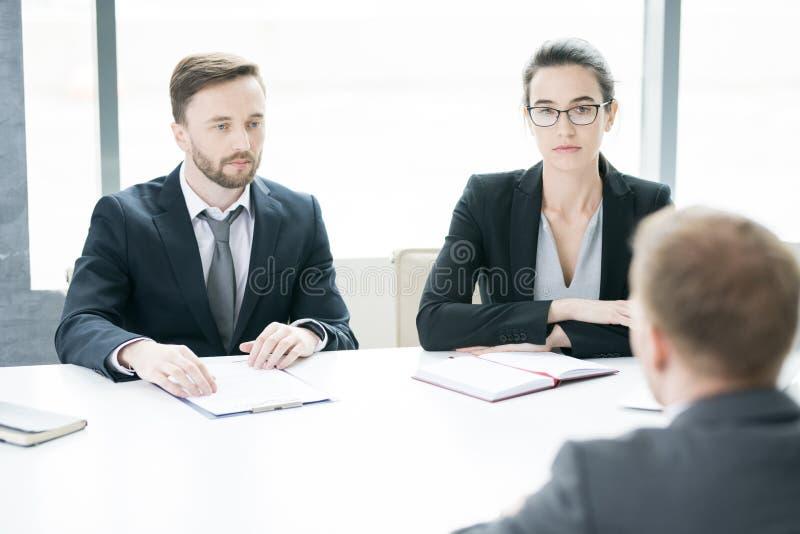 Δύο σύγχρονοι επιχειρηματίες στη συνεδρίαση στοκ φωτογραφία