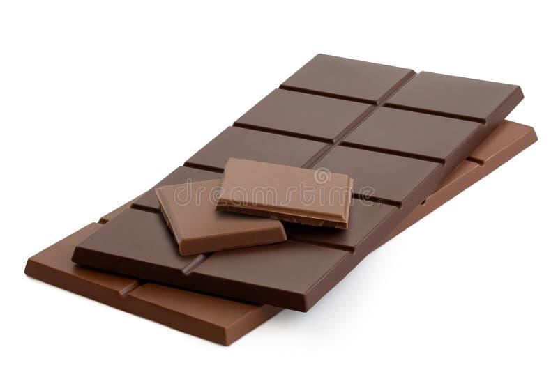 Δύο τετράγωνα του γάλακτος chololate πάνω από τους σκοτεινούς φραγμούς chololate και σοκολάτας γάλακτος Απομονωμένος στο λευκό στοκ εικόνα