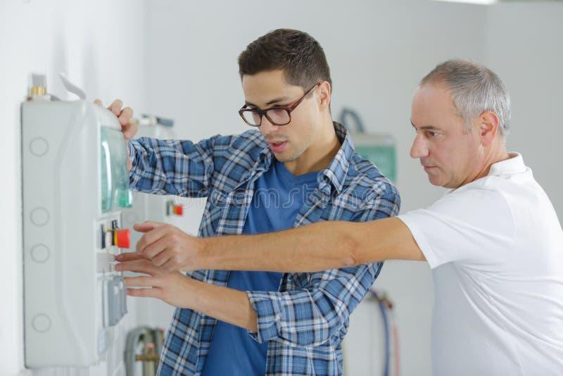 Δύο τεχνικοί στο εργαστήριο στοκ φωτογραφία