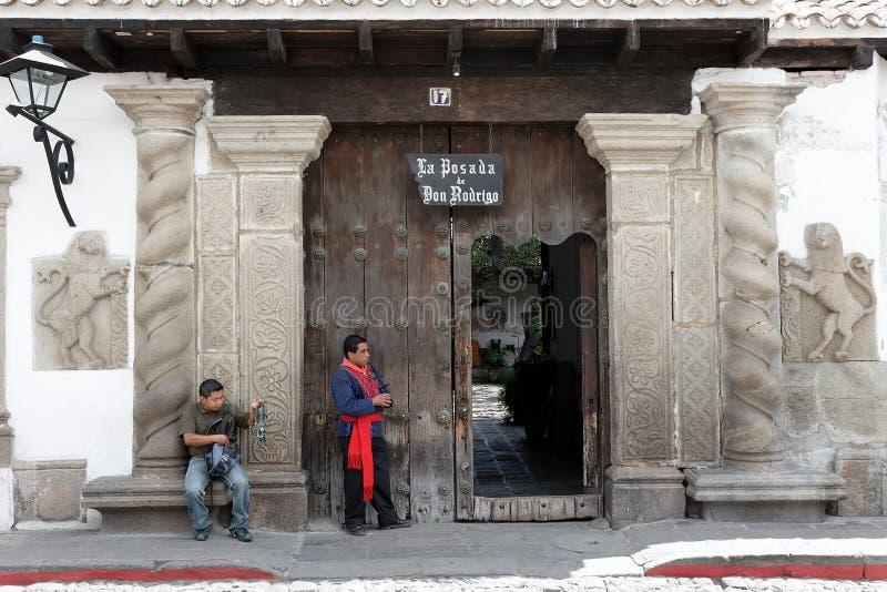 Δύο τοπικά άτομα μπροστά από ένα πανδοχείο στη Αντίγκουα, Γουατεμάλα στοκ εικόνα με δικαίωμα ελεύθερης χρήσης