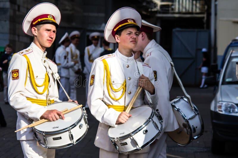 Δύο τρυπημένοι μαθητές στρατιωτικής σχολής με τα τύμπανα στοκ φωτογραφίες