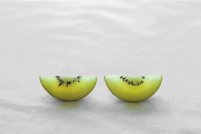 Δύο φέτες χρυσό Kiwifruit στοκ φωτογραφία