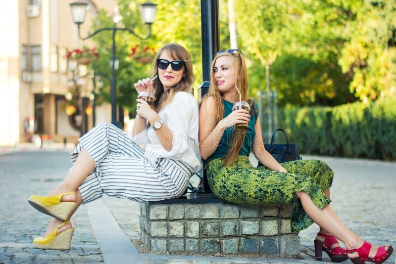 Δύο φίλοι κοριτσιών που απολαμβάνουν την ημέρα από κοινού στοκ εικόνες με δικαίωμα ελεύθερης χρήσης