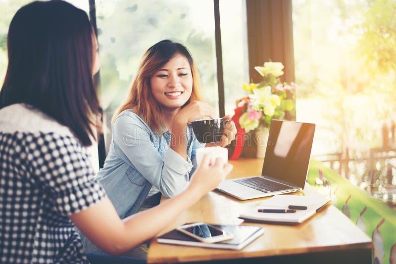 Δύο φίλοι που απολαμβάνουν τον καφέ μαζί σε μια καφετερία στοκ φωτογραφία με δικαίωμα ελεύθερης χρήσης