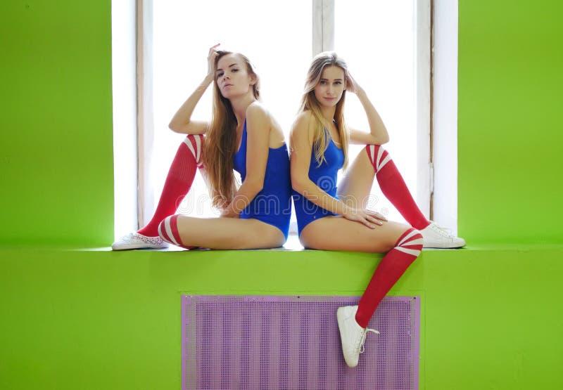 Δύο φίλοι στα αθλητικά μαγιό Gymnasts ή χορευτές κοριτσιών στοκ εικόνα