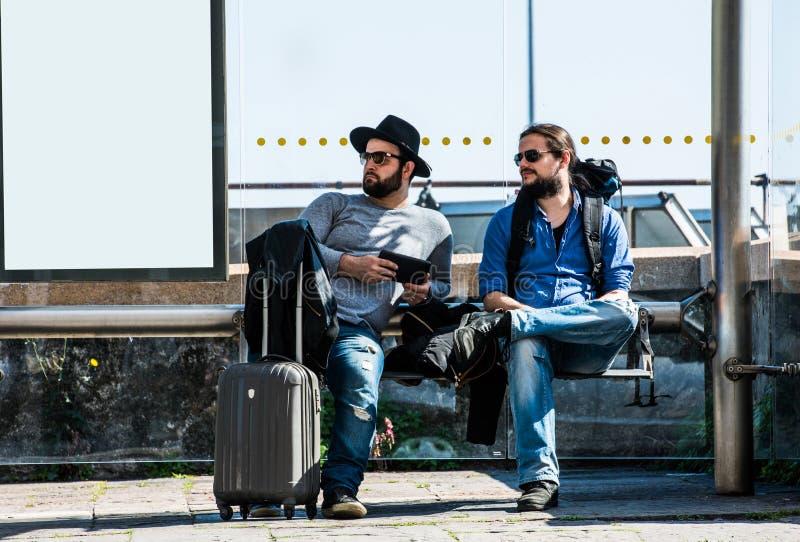 Δύο φίλοι, τουρίστες περιμένουν το λεωφορείο που δεν φθάνει στοκ φωτογραφία με δικαίωμα ελεύθερης χρήσης