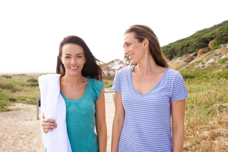 Δύο φίλες που πηγαίνουν στην παραλία στοκ εικόνες