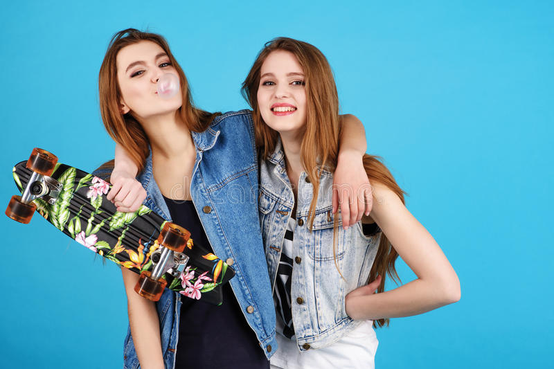 Δύο φίλοι νέων κοριτσιών hipster που στέκονται από κοινού στοκ εικόνα