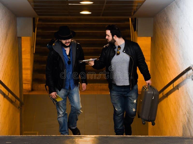 Δύο φίλοι περιμένουν το τραίνο που περνά τη σήραγγα στοκ φωτογραφίες