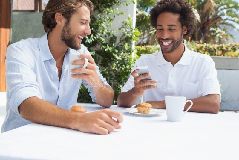 Δύο φίλοι που απολαμβάνουν τον καφέ από κοινού στοκ φωτογραφία