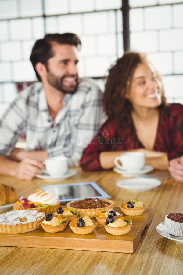 Δύο φίλοι που απολαμβάνουν τον καφέ από κοινού στοκ φωτογραφία με δικαίωμα ελεύθερης χρήσης