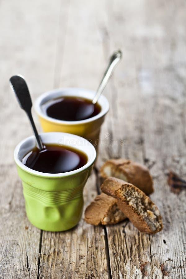 Δύο φλιτζάνια του καφέ και φρέσκο ιταλικό cantuccini μπισκότων με τα καρύδια αμυγδάλων στο ructic ξύλινο επιτραπέζιο υπόβαθρο στοκ εικόνα με δικαίωμα ελεύθερης χρήσης