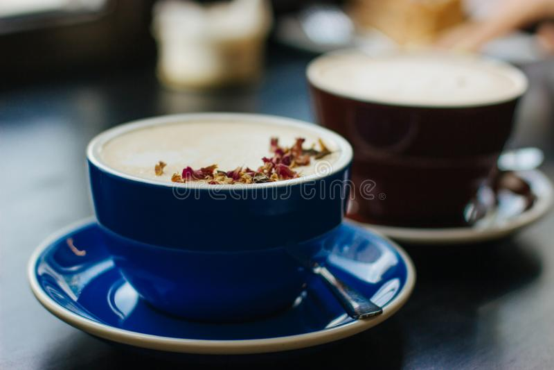 Δύο φλυτζάνια του coffe με την τέχνη latte στοκ φωτογραφίες