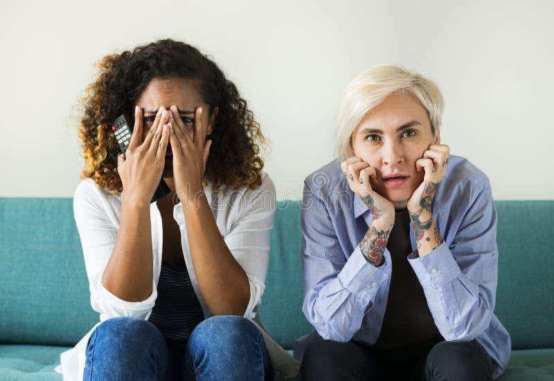 Δύο φοβησμένα κορίτσια στον καναπέ στοκ εικόνα με δικαίωμα ελεύθερης χρήσης