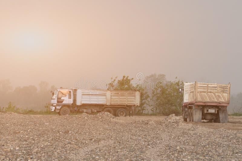 Δύο φορτηγά απορρίψεων σε μια περιοχή ανασκαφής στοκ εικόνα