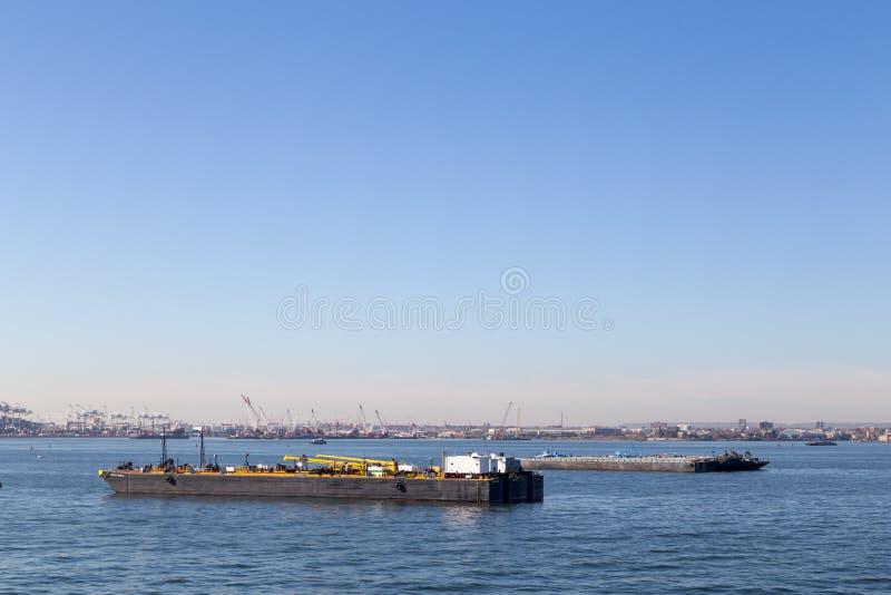 Δύο φορτηγίδες πετρελαίου στο λιμένα Bayonne στοκ εικόνες