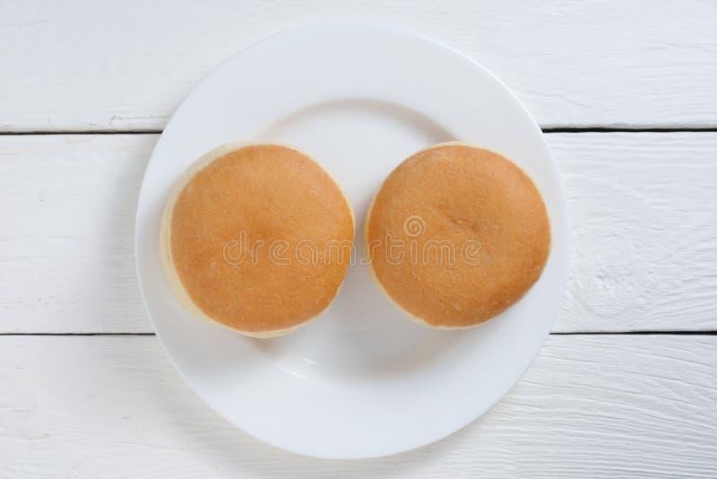 Δύο φρέσκα ντόνατ στοκ φωτογραφία με δικαίωμα ελεύθερης χρήσης