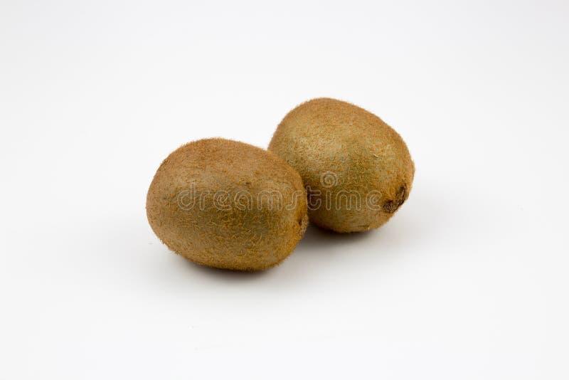 Δύο φρούτα ακτινίδιων στο υπόβαθρο στοκ εικόνα
