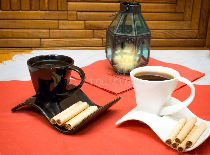 Δύο φλιτζάνια του καφέ και ραβδιά γκοφρετών με τη σοκολάτα στοκ φωτογραφία