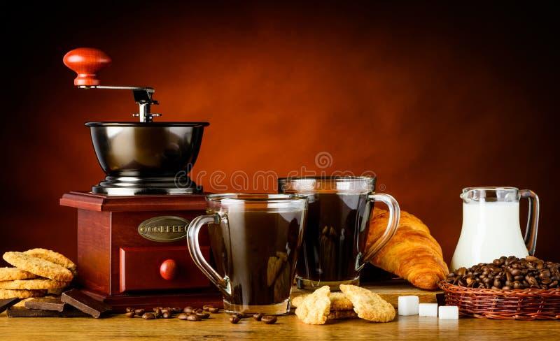 Δύο φλυτζάνια καφέ με τα συστατικά στοκ εικόνα