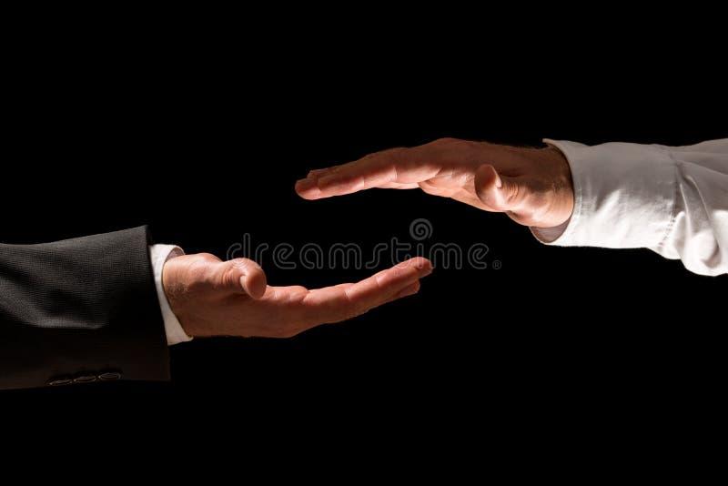Δύο χέρια επιχειρηματιών από τα πλαίσια κορυφών και κατώτατων σημείων στοκ εικόνες