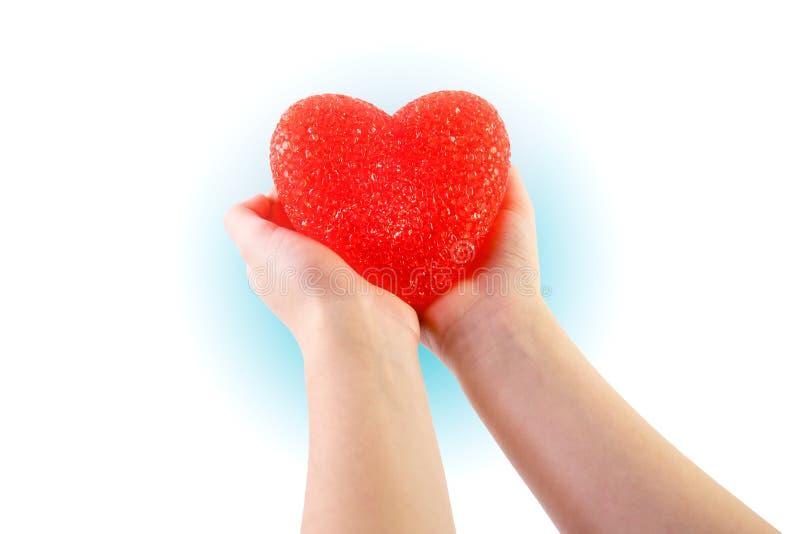 Δύο χέρια που κρατούν η καρδιά στην ειλικρίνεια και την αγάπη στοκ φωτογραφίες