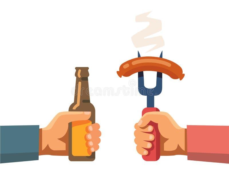 Δύο χέρια που κρατούν το μπουκάλι μπύρας και το λουκάνικο στο δίκρανο απεικόνιση αποθεμάτων