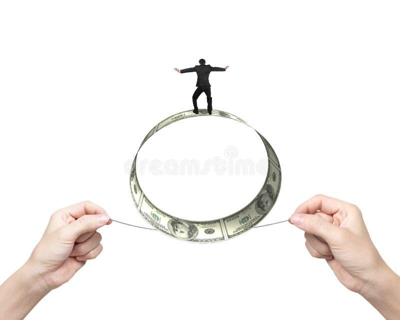 Δύο χέρια που τραβούν τον ισορροπώντας ρόλο επιχειρηματιών σχοινιών του λογαριασμού δολαρίων στοκ φωτογραφίες