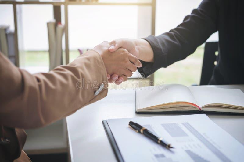 Δύο χέρια τινάγματος επιχειρησιακών γυναικών κατά τη διάρκεια μιας συνεδρίασης που υπογράφει agreem στοκ φωτογραφίες με δικαίωμα ελεύθερης χρήσης