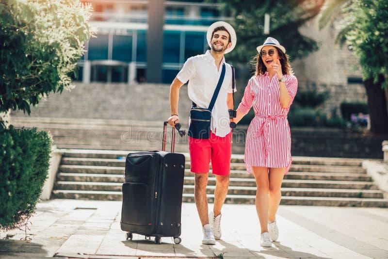 Δύο χαμογελώντας νέοι τουρίστες που περπατούν στην πόλη στοκ εικόνες