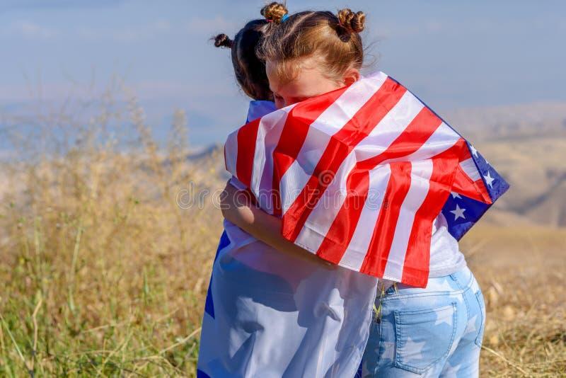 Δύο χαριτωμένα κορίτσια με τις αμερικανικές και ισραηλινές σημαίες στοκ εικόνες με δικαίωμα ελεύθερης χρήσης