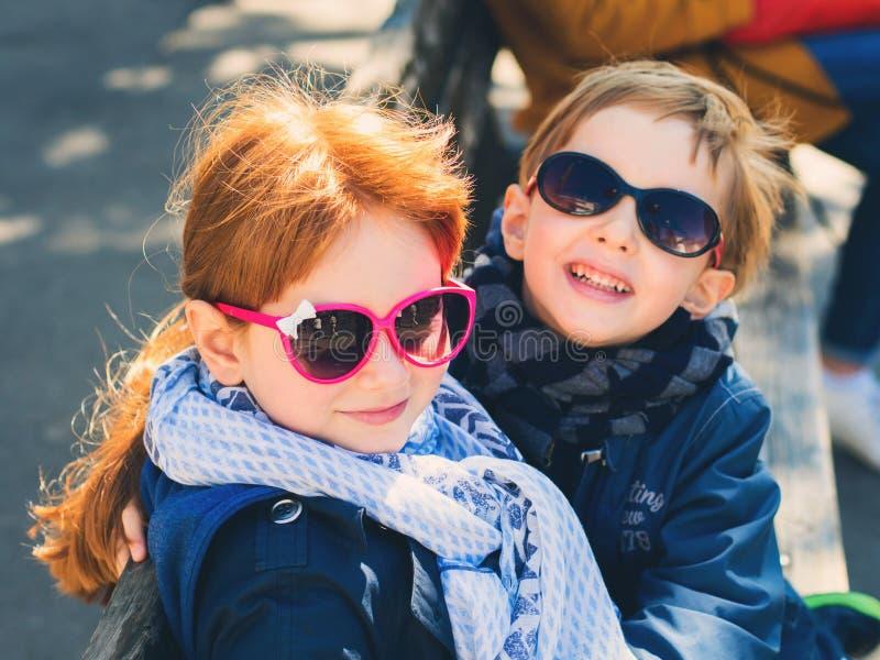 Δύο χαριτωμένα παιδιά, αμφιθαλείς που αγκαλιάζουν υπαίθρια στοκ εικόνες με δικαίωμα ελεύθερης χρήσης