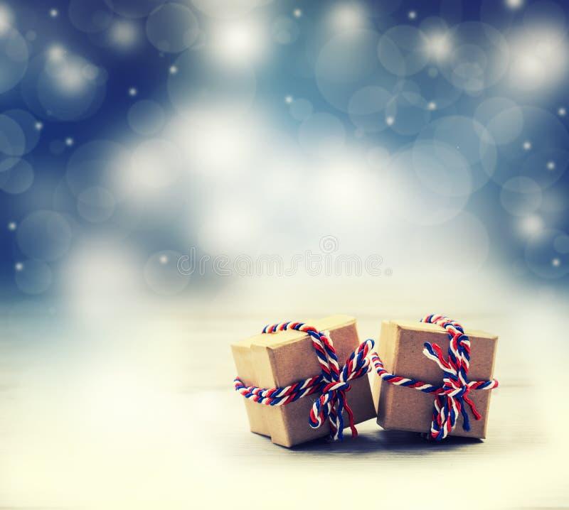 Δύο χειροποίητα κιβώτια δώρων στο λαμπρό υπόβαθρο νύχτας χρώματος στοκ φωτογραφία