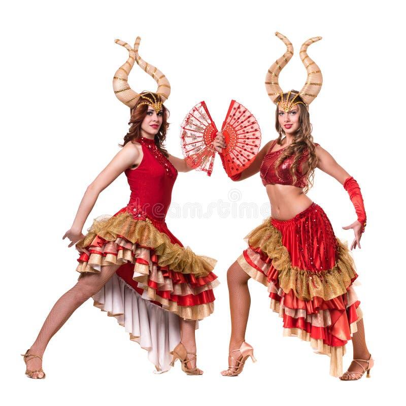 Δύο χορευτές γυναικών με τα κέρατα Απομονωμένος στο λευκό στοκ εικόνες